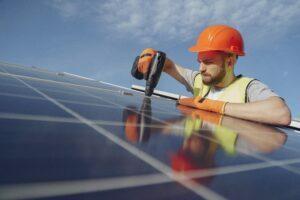 Instalación de placas solares por técnico especializado